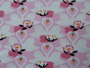 Vit jersey med rosa svanar och näckrosor